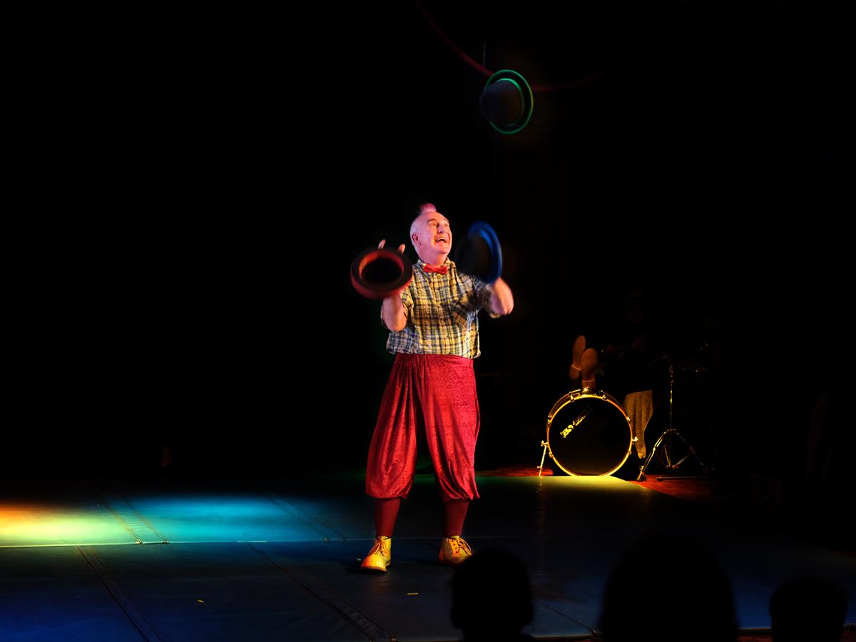 circus jim juggling hats